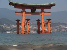 Schrein vor/auf der Insel Miyajima - in Japan in Form eines Schriftzeichens